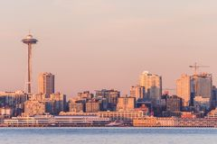 Seattle zatoka przy zmierzchem nad śródmieściem i Astronautyczną igłą w tle, Waszyngton, usa zdjęcie stock