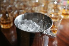 Seau à glace sur le compteur de barre photographie stock libre de droits