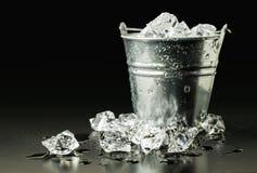 Seau avec de la glace photographie stock libre de droits