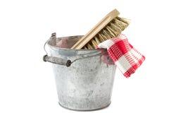 Seau avec la brosse de frottement et la serviette de thé image libre de droits