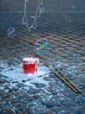 Seau avec un liquide pour faire des bulles Image stock