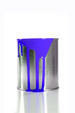 Seau bleu malpropre de peinture Photographie stock