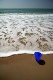 Seau bleu sur la plage Images libres de droits