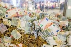 Seau complètement d'euro billets de banque et pièces de monnaie Financier et économique Photos stock