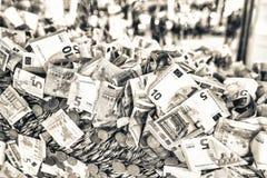 Seau complètement d'euro billets de banque et pièces de monnaie Financier et économique Photographie stock libre de droits