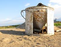 Seau concret abandonné Photographie stock libre de droits
