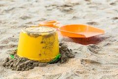 Seau de bébé avec le sable images libres de droits