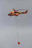 Seau de bambi d'hélicoptère de puma images libres de droits