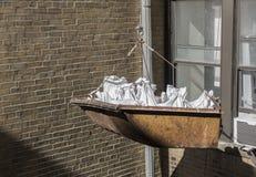 Seau de construction avec des sacs des débris Photos libres de droits