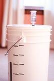 Seau de fermentation pour le brassage à la maison image stock