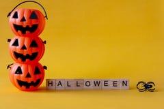 Seau de lanterne de Halloween Jack o avec le mot de Halloween sur le Ba jaune photo stock