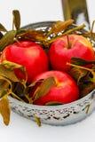 Seau de pommes sur la neige Photos stock