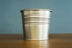 Seau de zinc sur la table Photographie stock libre de droits