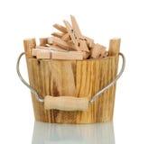 Seau en bois avec des pinces à linge d'isolement sur le blanc Photographie stock libre de droits