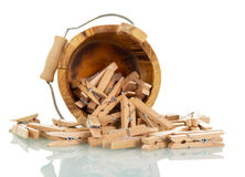 Seau en bois avec des pinces à linge d'isolement sur le blanc Photographie stock