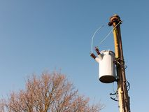 seau en métal accrochant sur des électricités de poteau en dehors des fils photographie stock libre de droits
