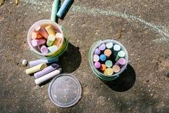 Seau en plastique avec la craie pour dessiner sur l'asphalte Crayons multicolores pour les dessins des enfants Dessin avec la cra images stock