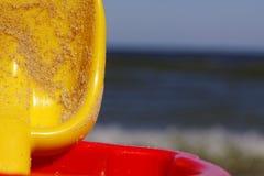 Seau et pelle sur la plage Photo stock