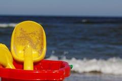 Seau et pelle sur la plage Image stock