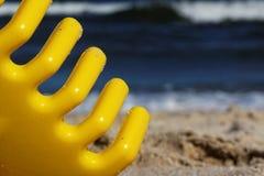 Seau et pelle sur la plage Photos libres de droits