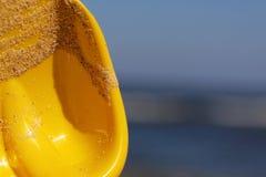 Seau et pelle sur la plage Photographie stock