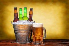 Seau et tasse de bière Photos stock