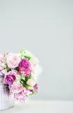 Seau floral devant le mur gris avec l'espace de copie Photographie stock libre de droits
