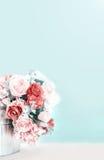 Seau floral devant le mur gris avec l'espace et le vint de copie Images stock