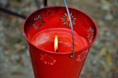 Seau rouge de bougie de citronnelle Image libre de droits