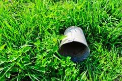 Seau se trouvant sur l'herbe verte Photo stock