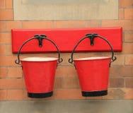 Seaux de feu rouges de cru photographie stock