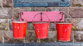 Seaux de feu rouges en métal photo libre de droits