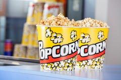 Seaux de maïs éclaté au stand de concession photo stock