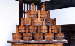Seaux en bois japonais traditionnels, vieux tonneau japonais Photographie stock libre de droits