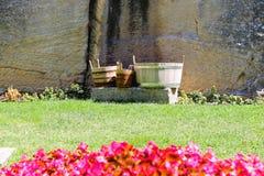 Seaux et baquets en bois dans la cour de la forteresse Image stock
