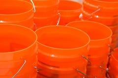 Seaux oranges à vendre photo libre de droits