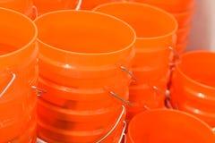Seaux oranges à vendre photographie stock libre de droits