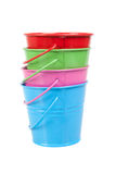 Seaux verts, bleus, rouges et roses, seaux, d'isolement Photographie stock libre de droits