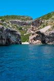 Seaview à la petite plage de lagune sur l'île de montagnes Image libre de droits