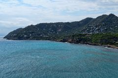 Seaview και λόφος με τα σπίτια στοκ εικόνα με δικαίωμα ελεύθερης χρήσης
