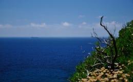 Seaview con el transbordador en el mar Imagen de archivo libre de regalías
