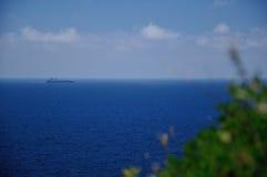 Seaview con el transbordador en el mar, Italia Fotos de archivo libres de regalías