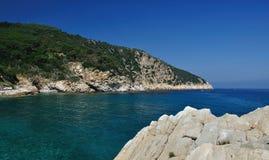 Seaview de Elba Island con los acantilados rocosos Imagen de archivo