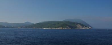 Seaview de la mañana en la costa rocosa de la isla de ElbaFotografía de archivo