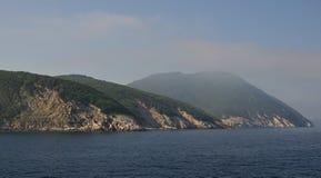 Seaview de la mañana en los acantilados rocosos de Elba Island Fotos de archivo libres de regalías