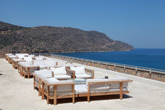 Seaview de la terraza con el sofá y la butaca del salón en un centro turístico de lujo Fotografía de archivo libre de regalías