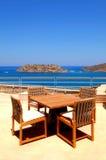 Seaview de la terraza con los muebles al aire libre (Crete, Foto de archivo libre de regalías