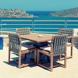 Seaview de la terraza con muebles al aire libre en un centro turístico de lujo (Creta, Foto de archivo