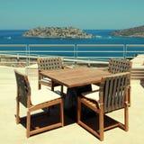 Seaview de la terraza con muebles al aire libre en un centro turístico de lujo (Creta, Fotos de archivo libres de regalías