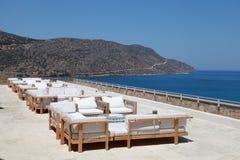 Seaview de terrasse avec le sofa et le fauteuil de salon dans un lieu de villégiature luxueux Photographie stock libre de droits